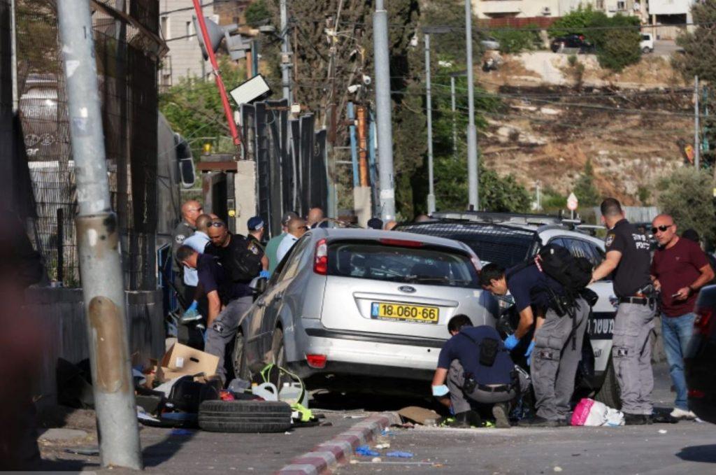 ชาวปาเลสไตน์ถูกยิง เสียชีวิตหลังรถรุมตำรวจอิสราเอลในกรุงเยรูซาเล็ม ตำรวจอิสราเอลหกคนได้รับบาดเจ็บเนื่องจากชาวปาเลสไตน์ชนรถของเขาเข้ากับสิ่ง