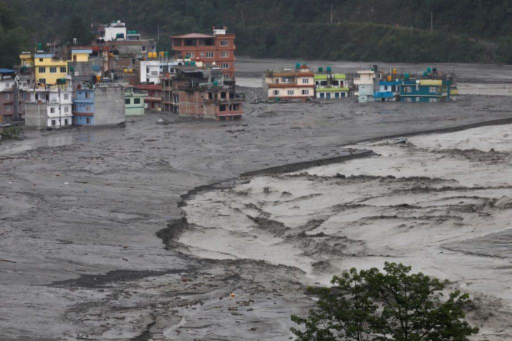 น้ำท่วมฉับพลัน ดินถล่มในภูฏานเนปาลเสียชีวิตหลายราย น้ำท่วมฉับพลันที่เกิดจากฝนมรสุมได้พัดล้างค่ายบนภูเขาที่ห่างไกลในภูฏาน ส่งผลให้มีผู้เสีย