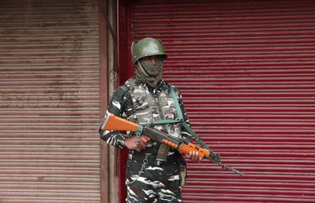 ผู้ต้องสงสัย ก่อกบฏถูกสังหารในการปฏิบัติการต่อต้านการก่อความไม่สงบหลายครั้งในแคชเมียร์ของอินเดีย เจ้าหน้าที่ระบุ ร้านค้าหลายแห่งถูกปิดในพื้น